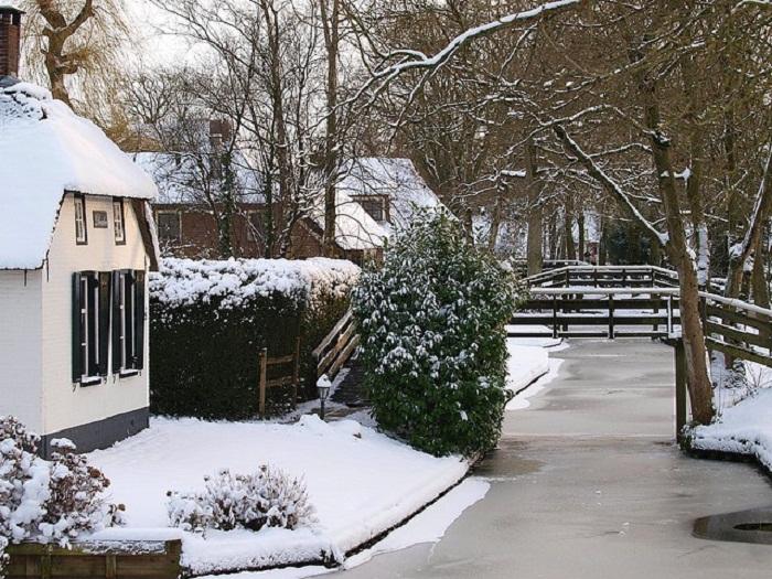 Зимой канал превращается в каток.
