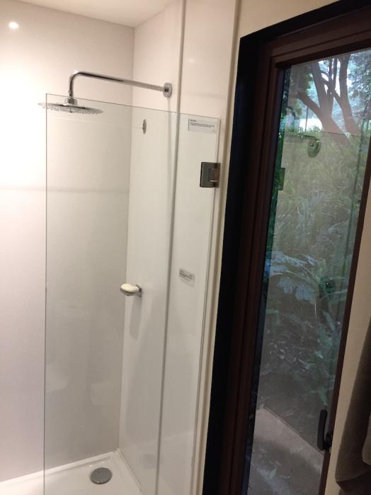 Душевая кабина в ванной комнате контейнерного дома VMD. | Фото: saint-gobain.com.mx/ © Helioz Studio.