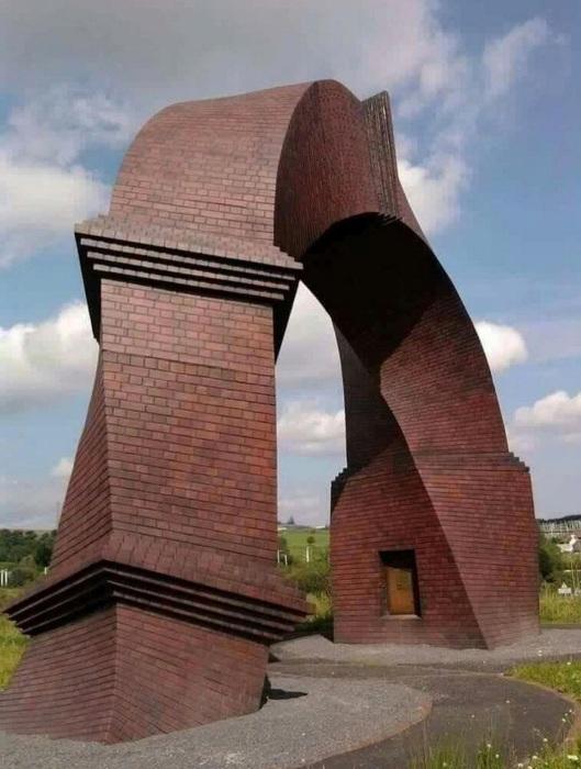 Странная перекошенная арка, расположенная практически среди поля, вызывает недоумение у всех без исключения. interestingengineering.com.
