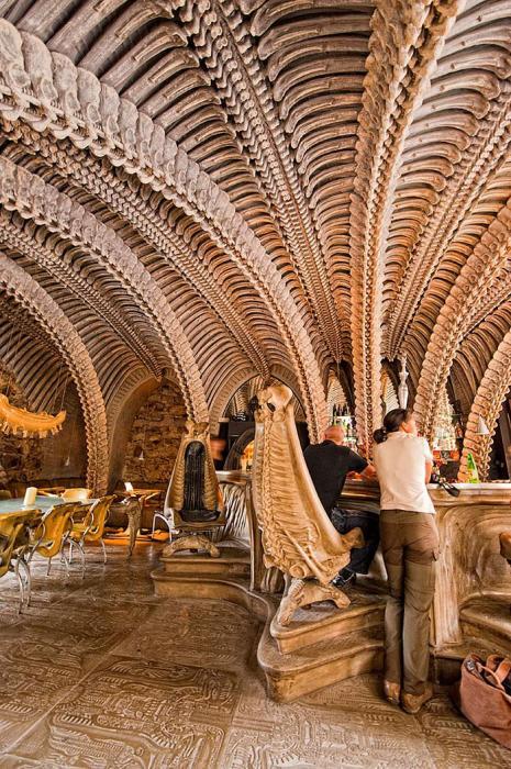 В «H.R. Giger Bar» лучше ходить только на экскурсию. interestingengineering.com.