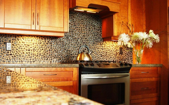 Фартук из природного камня на кухне.