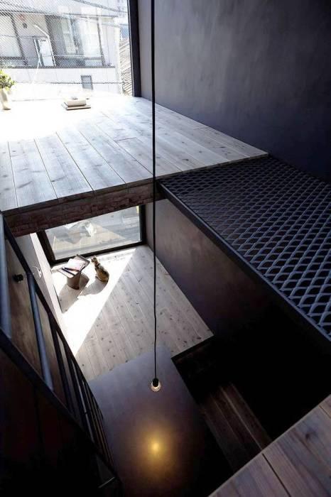 Разноуровневый пол – основная концепция в проекте «Ultra-Narrow House» (Токио). | Фото:  interiorsmall.ru.