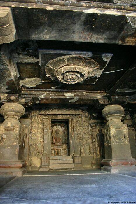 Высеченный из камня цветок лотоса на потолке джайнского храма (Эллора, Индия). | Фото: journey-assist.com.