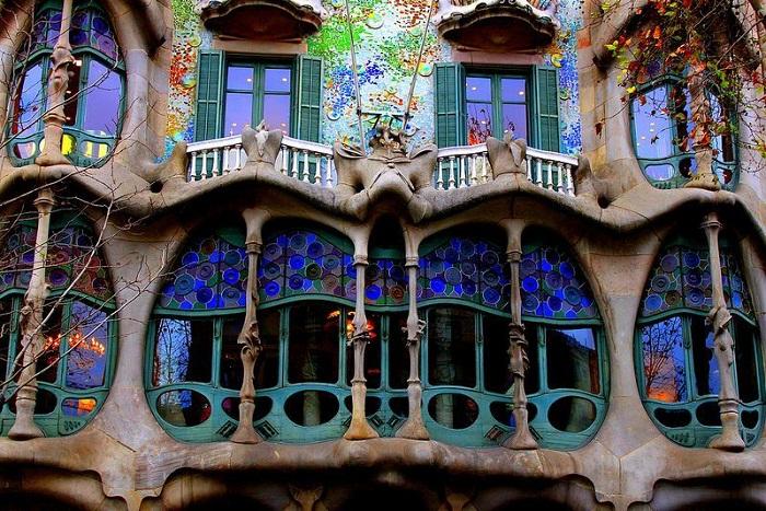 Балконы действительно напоминают останки огромного чудовища (Casa Batllо).