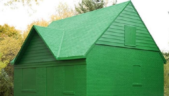 Пример того, как можно кардинально оградить свою жизнь от любопытных соседей, когда дом построен очень давно.   Фото: enigma-project.ru.