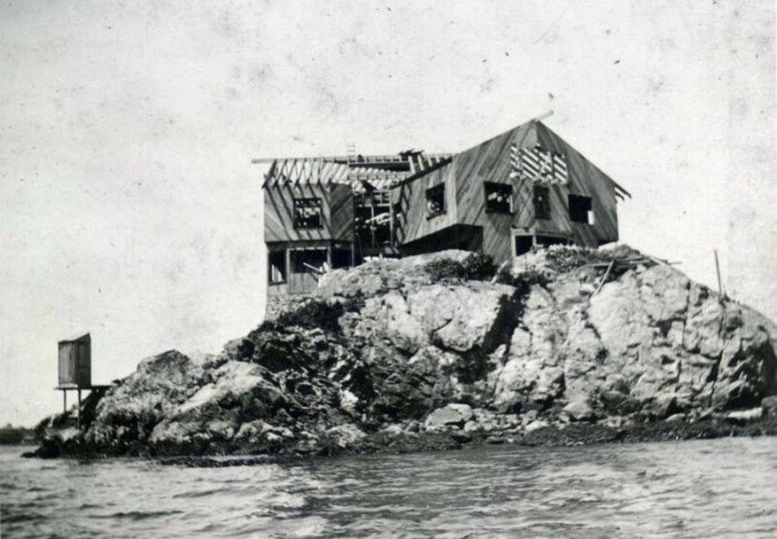 Строительство дома на скале посреди океана началось в 1906 году (Clingstone House, залив Наррагансетт). | Фото: telegraf.com.ua.