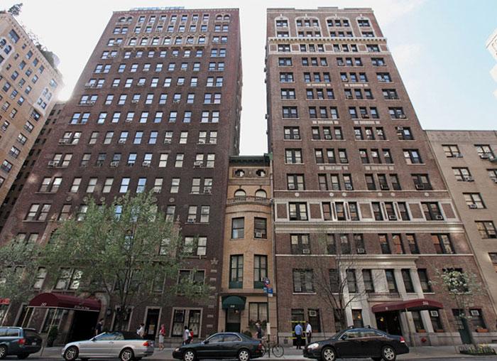 Дом Мери Кук оказался зажат между двумя высотными зданиями (Нью-Йорк, США). | Фото: cnrmidipyrenees.blogspot.com.