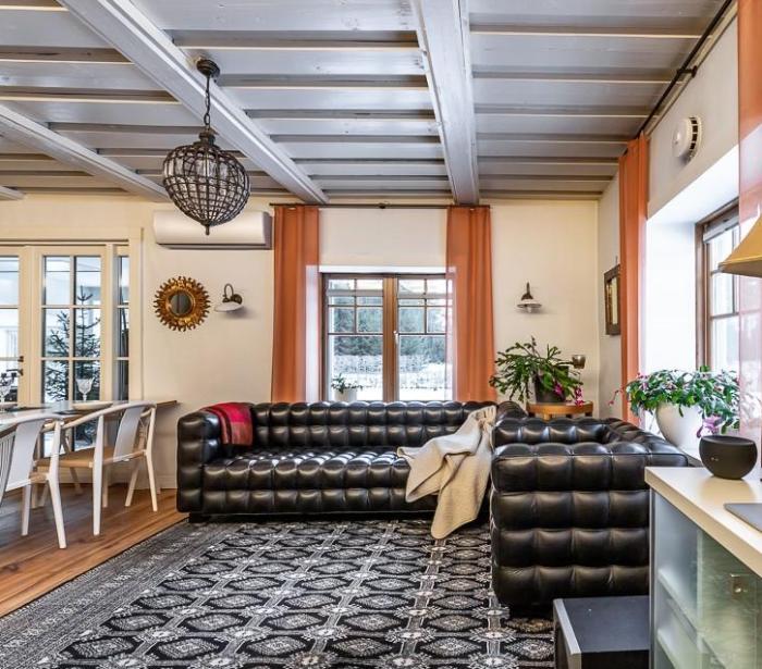 Роскошный кожаный диван украшает гостиную. | Фото: liveinternet.ru.