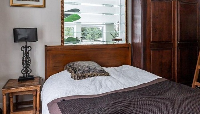 После переноса кладовой смогли оформить комфортную изолированную спальню. | Фото: trustload.com.