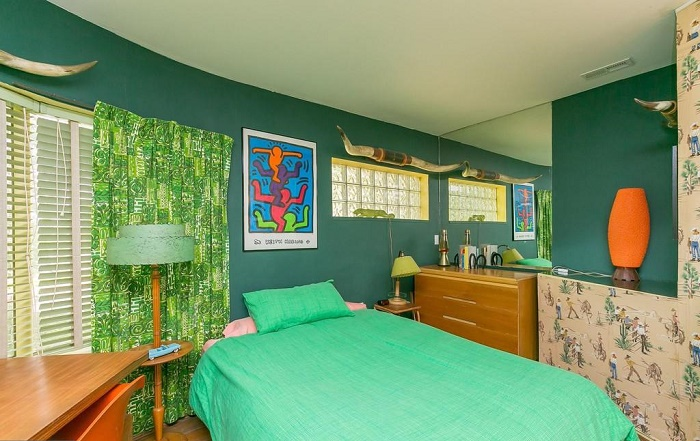 Спальные комнаты тоже не лишены ярких цветов (Eisenberg Residence, Балтимор). | Фото: sun-sentinel.com.