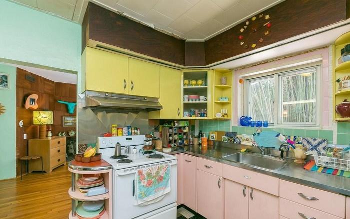 На такой кухне можно часами любоваться кухонной утварью и посудой, выставленными напоказ (Eisenberg Residence, Балтимор). | Фото: orlandosentinel.com.
