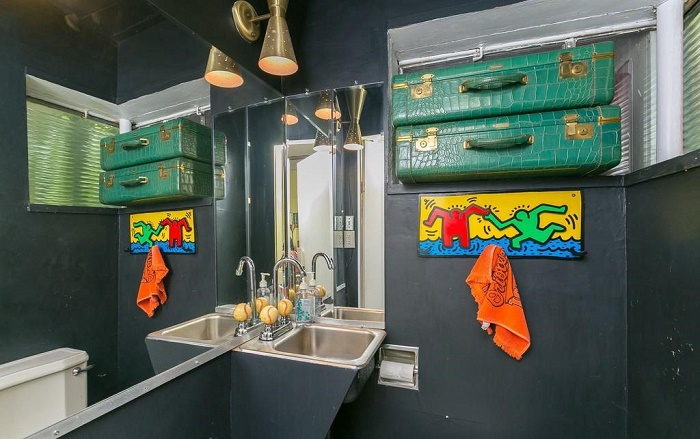 Для мужской половина ванная более брутальна, но не менее оригинальна (Eisenberg Residence, Балтимор). | Фото: orlandosentinel.com.