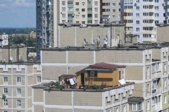 Дачный домик на крыше киевской многоэтажки теперь оброс сарайчиком и открытой зоной отдыха.   Фото: news.bigmir.net.