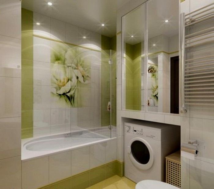 Интерьер ванной комнаты с установленной стиральной машиной.