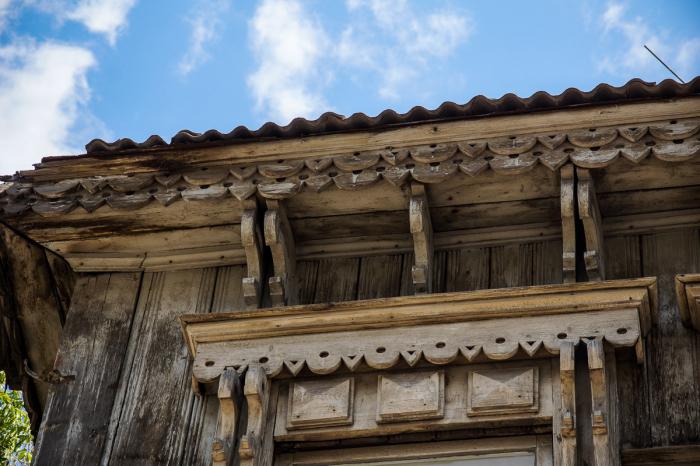 Иногда крышу наличника украшали полукружьями, которые символизируют небесных богинь «рожаниц». progorodsamara.ru.