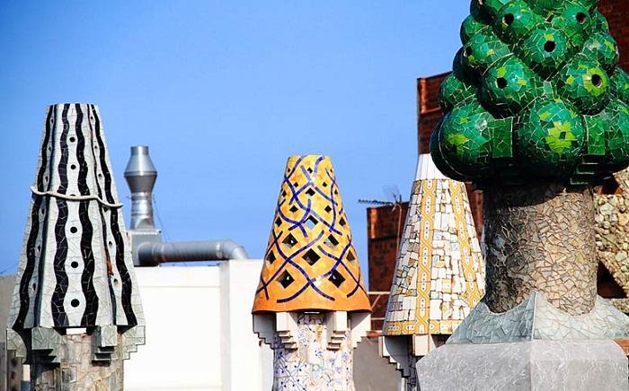 Печные трубы имеют фантастический вид (Palau Guell).