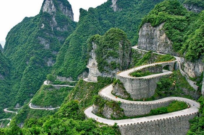 Экстремальная дорога  к подножию «Небесных ворот» Китай).