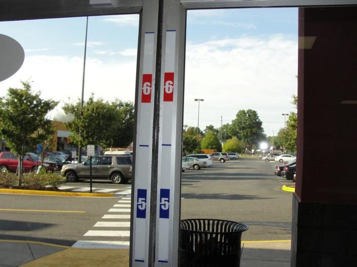 Даже имея видеокамеры, владельцы магазинов не спешат избавляться от ленты, измеряющей рост. | Фото: slate.com.