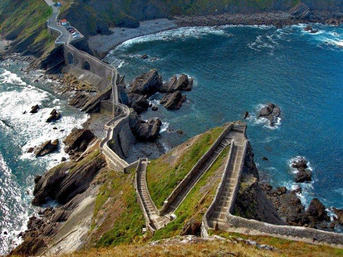 Лестница на острове Гастелугаче (Испания).