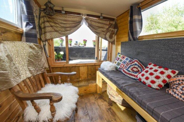 Уютная гостиная в плавучем домике. | Фото: news.myseldon.com.