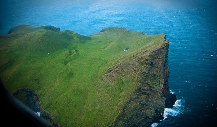 Среди вод Атлантического океана есть остров, который прославился на весь мир единственным домом (о.Эдлидаэй, Исландия). | Фото: mirkrasiv.ru.