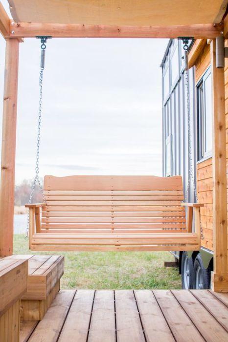 На веранде установили большие садовые качели (дом-фургон «Эльза»). | Фото: tinyhousetown.net.