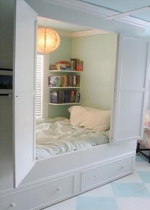 Шкаф превращенный в спальню.