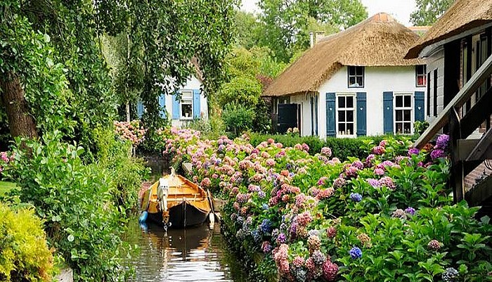 Дома деревни Гитхорн утопают в зелени и цветах.