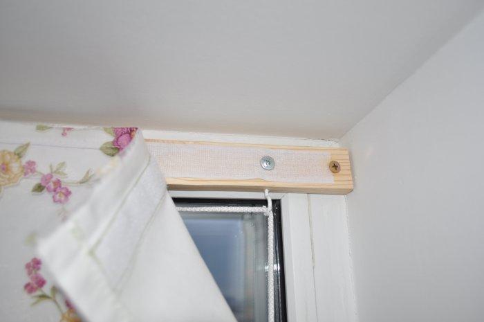 Одну часть ленты закрепляем на планку, которую фиксируем на стене.