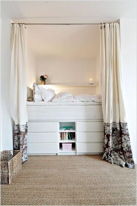Штора отделяет любимую спальню от других комнат.