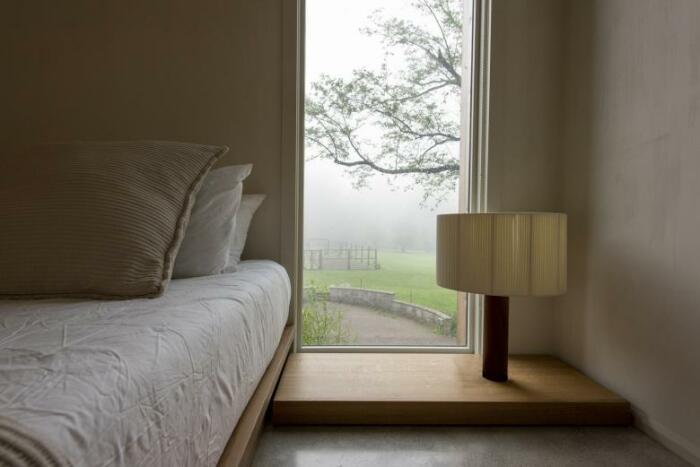 Одна из трех спальных комнат загородной резиденции (Fold House, Гамильтон). | Фото: world-architects.com.