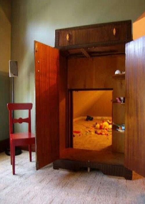 Игровая комната, спрятанная в плательном шкафу.