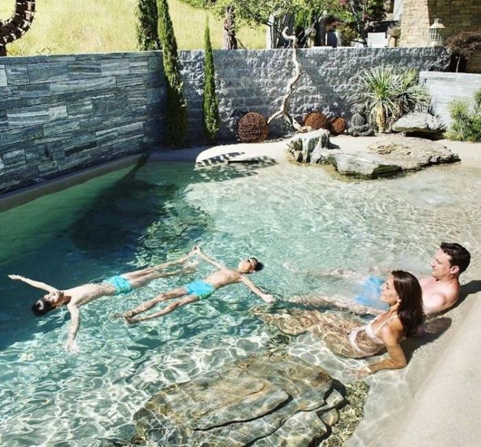 Песчаный бассейн у дома – идеальное место отдыха для всей семьи. | Фото: mymodernmet.com.