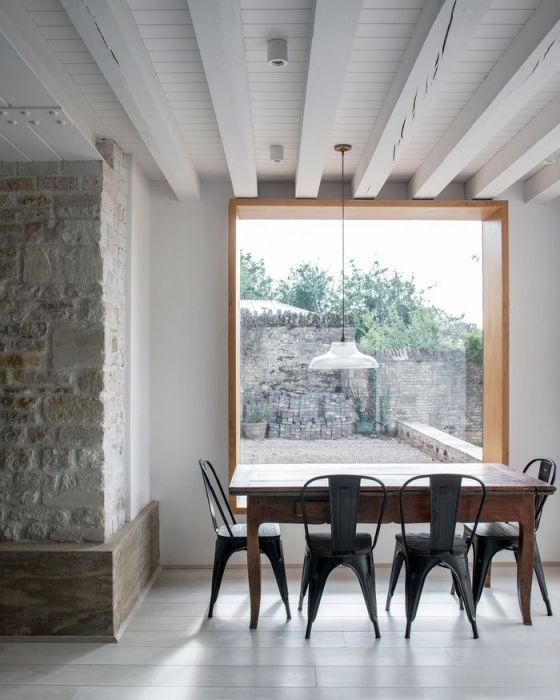 Зона столовой в доме, созданном внутри развалин пергаментной фабрики. | Фото: archidea.com.ua/ © Johan Dehlin.
