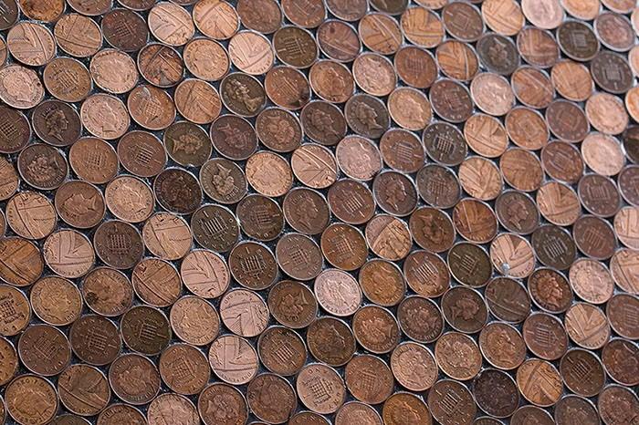 Для оформления  пола площадью 13,5 кв. метров понадобилось 70 тысяч монет (Барбершоп BS4, Великобритания).