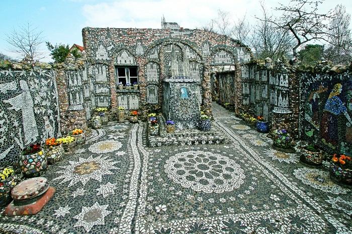 Дом и весь двор декорированы мозаикой из кусочков стекла, фарфора и фаянса.