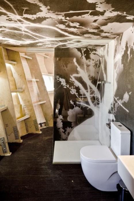 Оригинальный интерьер ванной комнаты в экспериментальном домике на консольных опорах (Fab Lab House, Испания). | Фото: grinhome.blogspot.com.