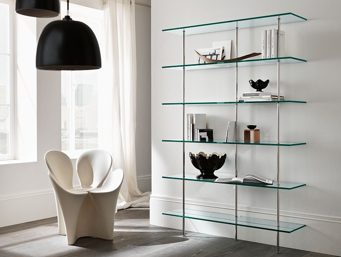Прозрачные стеллажи и полки станут идеальным украшением современной гостиной.