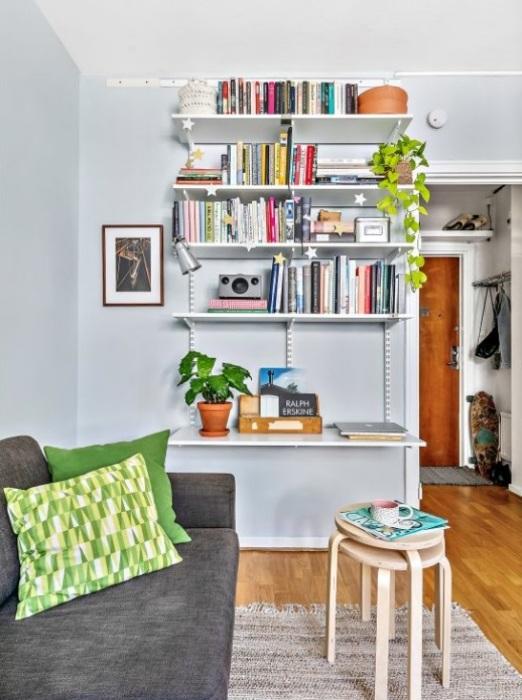 Открытые полки для книг и предметов декора украшают одну из стен квартиры. vk.com/ © kvartirastudia_ru.