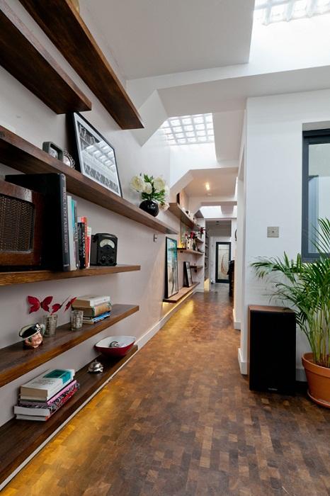 Длинный коридор объединяет все зоны квартиры.