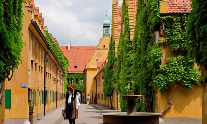 Старинные улочки квартала Фуггерай (Fuggerei) в Аугсбурге (Германия).