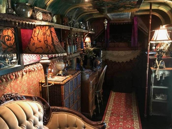 Антикварная мебель и золоченные аксессуары преобладают в интерьере «цыганского дома».