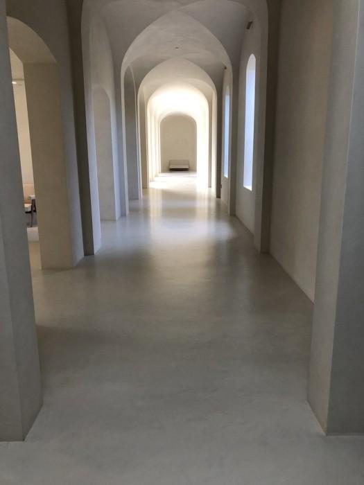 Интерьер особняка Ким Кардашьян выполнен в белой и светло-серой цветовой гамме. | Фото: krasotka.cc.