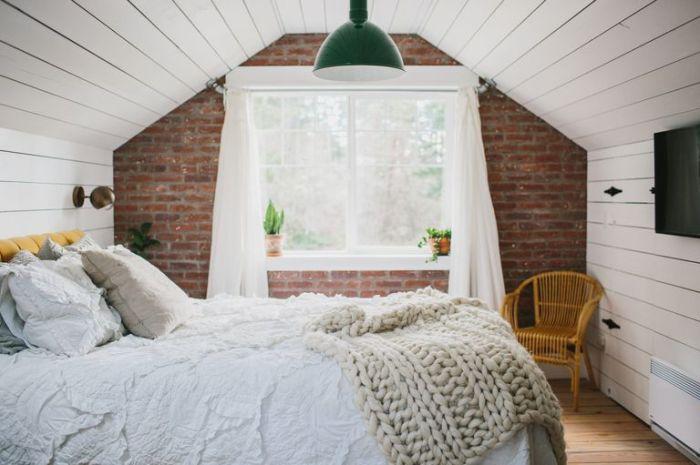Декоративный кирпич и белые стены, создают стильный интерьер.