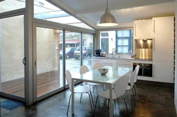Кухню разместили возле окна, там светлее и вытяжку установить было легче. | Фото: bigpicture.ru.