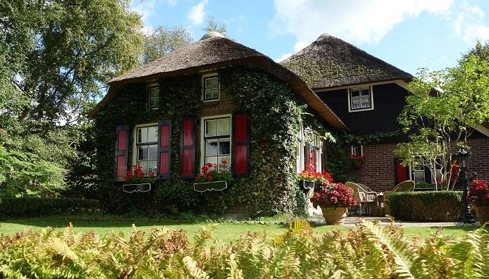 Дома деревни Гитхорн сохранили национальный колорит.