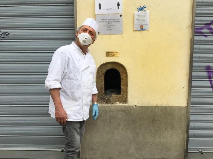 Владелец магазина мороженого на Виа Изола делле Стинче уже в XXI в. продает сладкоежкам свой продукт через небольшой люк в стене. | Фото: intoscana.it.
