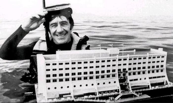 Даг Тарка и плавучая модель отеля, которую он спроектировал вместе с компанией Consafe-Sweden. | Фото: disgustingmen.com.