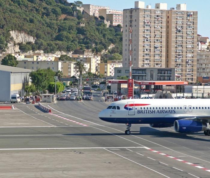 Горный ландшафт и крошечная территория вынудили сделать взлетно-посадочную полосу, проходящую через главный проспект Гибралтара. | Фото: amusingplanet.com.