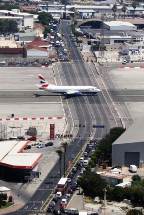 Неординарную взлетно-посадочную полосу можно увидеть на Гибралтаре. | Фото: amusingplanet.com.